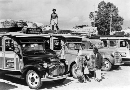 COLLECTIE_TROPENMUSEUM_Autobussen_op_weg_naar_de_markt_in_het_Lampung_district_Sumatra_TMnr_10013850