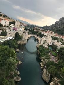 Stari Most membentang di atas Sungai Neretva